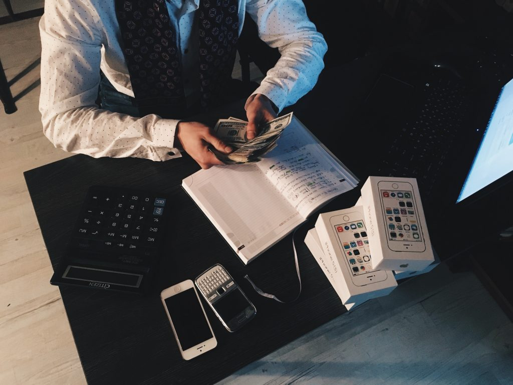 man in suit counting money - the stereotype about entrepreneur when it comes to apprenticeship